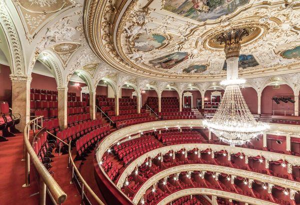 Театр уж полон, ложи блещут (А.С. Пушкин).
